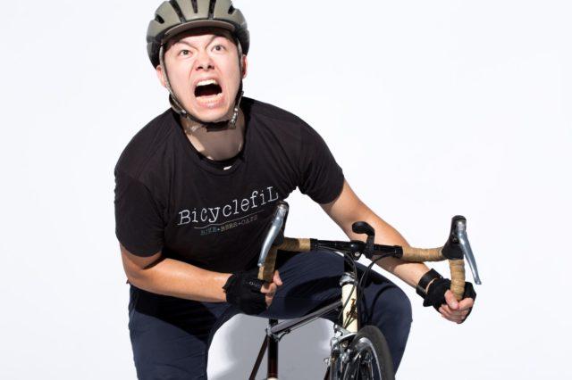 自転車を必死にこぐ