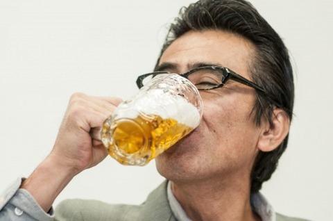 副業の後のビールを飲む中高年