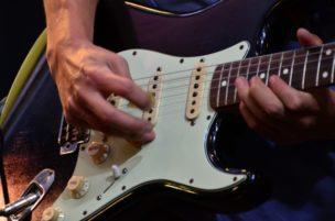 エレキギターでソロを弾く