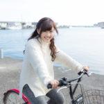 駅まで自転車通勤する女性